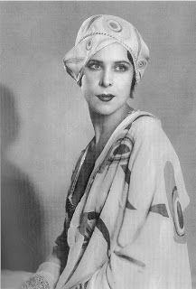 La modelo Kira Atanova con un diseño de Sonia Delaunay o inspirado en ella