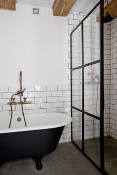 Home Interior Layout Historic Century Design House - Houses for Rent in Amsterdam Decor Inspiration, Bathroom Inspiration, Bathroom Interior Design, Home Interior, Black Tub, Upstairs Bathrooms, Master Bathroom, Design Apartment, Classic Bathroom