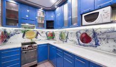 crédence cuisine en verre coloré à motifs fruits et meubles en bleu intense