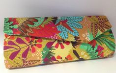 A Clutch Brasil é um produto 100% artesanal com estampa temática de natureza e animais exóticos.