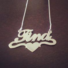 Srebrna verižica z imenom Tina v objemu srca