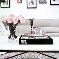 20 Simple Coffee Table Styling Ideas With Plants Coffee Table Styling, Coffee Table Books, Decorating Coffee Tables, Chanel Coffee Table Book, Table Decor Living Room, Bedroom Decor, Books Decor, Home Decor Inspiration, Design Inspiration