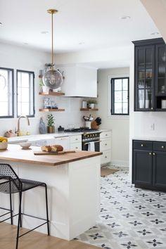 carrelage ciment, déco de cuisine blanche avec meubles blancs et noirs et comptoir de bois clair
