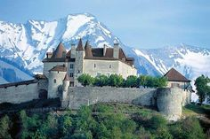 Gruyères Castle with swiss Alps, Switzerland Beautiful Castles, Beautiful Places, The Places Youll Go, Places To See, Chateau Moyen Age, Train Route, Excursion, Voyage Europe, Castle Ruins