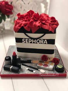 Discover recipes, home ideas, style inspiration and other ideas to try. Makeup Birthday Cakes, 14th Birthday Cakes, Homemade Birthday Cakes, Birthday Cakes For Women, Birthday Cake Girls, 25th Birthday, Make Up Cake, Love Cake, Birhday Cake