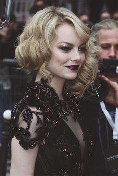 Emma Stone, with a gothic look, burgundy lips and gold lids Easy Hairstyles, Wedding Hairstyles, Halloween Hairstyles, Rihanna Hairstyles, How To Look Attractive, Burgundy Lips, Hair Inspiration, Beautiful People, Makeup Looks