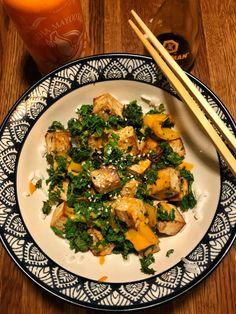 Enkel japansk sushibowl med tofu, grönkål och sesamfrön | Jävligt gott - vegetarisk mat och vegetariska recept för alla, lagad enkelt och jävligt gott. Tofu, Veggie Recipes, Veggie Food, How To Eat Less, Risotto, Veggies, Vegetarian, Ethnic Recipes, Veganism