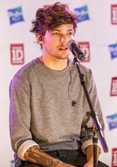 louis looks amazing in grey. and can i just say, i want this sweater. badly.