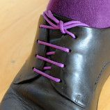 Das Style Set in lila: runde, bunte Schnürsenkel mit farblich passenden Socken für Herren Business Schuhe