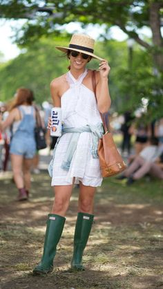 Photos: Harpers Bazaar The post 19 Street Style Snaps From The Governor's Ball appeared first on because im addicted. Festival Gear, Festival Fashion, Cool Street Fashion, Street Style Women, Carolina Herrera, Star Fashion, Daily Fashion, Women's Fashion, Green Hunter Boots