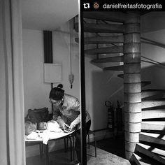 Tem workshop de fotografia sim. Tem mamãe e bebe sim. Tem foto linda de mãe, bebe e escada! Obrigada @danielfreitasfotografia por este presente! #copilotobsb