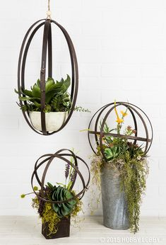 Versatile embroidery hoops can be used to make everything from light fixtures and mobiles to wall décor and lamp shades. Home Projects, Craft Projects, Projects To Try, Wood Crafts, Diy And Crafts, Homemade Crafts, Deco Table, Art Plastique, Plant Hanger