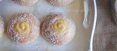 Skolebrød o Skoleboller, son unos bollos noruegos muy populares entre los niños. De textura tierna y acompañados de cremas pastelera y coco rallado.