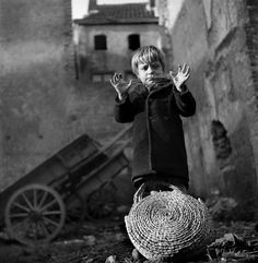 © Werner Bischof, Netherlands. Limburg province. Maastricht. Playing criss cross. 1945.