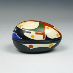 Regina, a pottery egg.  Gouda, ca. 1925 Decor Bisra