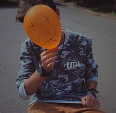 Sad what this world is coming to. A ransom photo of a suffering balloon. Portrait Photography Men, Photography Poses For Men, Tumblr Photography, Creative Photography, Men Photoshoot, Boy Poses, Photos Tumblr, Foto Art, Tumblr Boys