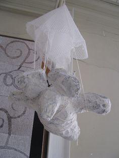 parachutemuis muizen met een menselijk trekje: opgebouwd uit proppen krantenpapier en dan met houtpulp en acrylverf bewerkt.  Op een sokkel gezet indien nodig Reinhilde Debruyne
