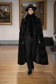 Dolce & Gabbana Alta Sartoria celebrates knowledge and wisdom with its pre-fall 2020 collection. Designers Domenico Dolce and Stefano Gabbana utilize their vast… Foto Fashion, Fashion Show, Mens Fashion, Fashion Design, Mens Poncho, Modern Gentleman, Androgynous Fashion, Dolce And Gabbana Man, Italian Fashion