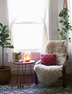 Salt lamps not only create a calming feeling in your home, they're great destressors and mood stimulators. These are my 5 favorite salt lamps! Home Design, Pink Salt Lamp, Home Interior, Interior Design, Lampe Decoration, Yellow Curtains, Himalayan Salt Lamp, My New Room, Feng Shui