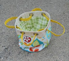 Last week (-ish), I showed you guys this bag  I'd made and polled you about whether to turn it into a pattern or do a quick deconstru...