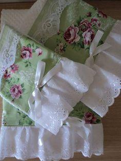 Conjunto de toalhas ( döhler) com acabamento em tecido de algodão,rendas, broderi e fitas. Composto por 1 toalha de banho, 70cm x1.40m 1 toalha de rosto , 50cm x 80cm 1 toalha de mãos,40cm x 60cm R$ 120,00