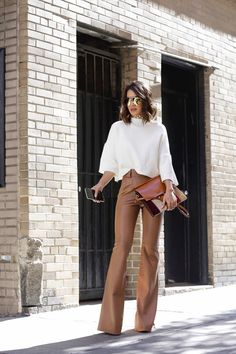 look elegante com calça flare de couro