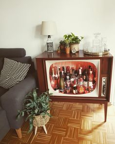 DIY der Extraklasse - So eine coole Retro-Bar haben wir selten gesehen und sind unglaublich begeistert. Ihr auch? Entdecke noch mehr Wohnideen auf COUCHstyle #living #wohnen #wohnideen #einrichten #interior #COUCHstyle #diy #retro Home Bar Designs, Retro Room, Retro Home Decor, Victorian Furniture, Decorating With Pictures, Bars For Home, Retro Living Rooms, Pent House, Home Crafts