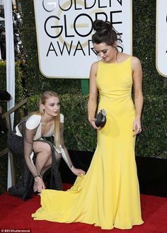 Sophie Turner turns heads in edgy gown with pal Maisie Williams Beautiful Female Celebrities, Beautiful Actresses, Beautiful Women, Maisie Williams Sophie Turner, Game Of Throne Actors, Blonde Beauty, Actors & Actresses, Strapless Dress Formal, Hollywood