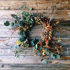 Åh, vad hösten bjuder in till pyssel! Och även om många av oss väntar med krans på dörren till advent ser vi ingen anledning att dra ut på det så länge. Här kommer 9 ljuvliga kransar att inspireras av: