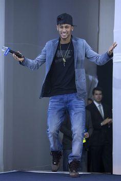 BRA50. SANTOS (BRASIL), 19/07/2013.- El atacante de la selección brasileña, Neymar, llega hoy, viernes 19 de julio de 2013, a una rueda de prensa después de renovar el contrato con la multinacional Pa