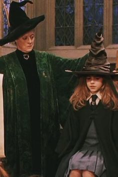 Hermione Versus Katniss – Emma Watson Birthday 19 Reasons Why Hermione is More Kick-Butt Than Katniss Harry Potter Professoren, Harry Potter Cosplay, Harry Potter Characters, Hermione Granger Costume, Female Characters, Emma Watson, Ella Enchanted, No Muggles, Maggie Smith