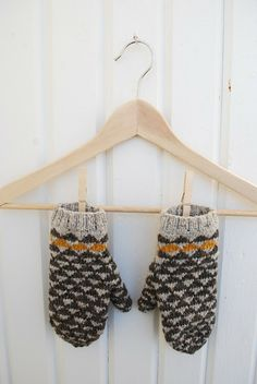 Ravelry: mariacarlander's garland mittens - turn into a raglan with solid tan sleeves? Fair Isle Knitting, Knitting Yarn, Knitting Patterns, Crochet Patterns, Hat Patterns, Stitch Patterns, Mittens Pattern, Knit Mittens, Knitted Gloves