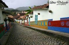 Caminando por las calles de Guatapé...Una joya de la naturaleza de Colombia. Fotografía de paisaje #pasionqueconecta #fotografia