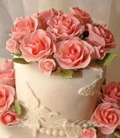 Roses and butterflies Beautiful Wedding Cakes, Beautiful Cakes, Amazing Cakes, Elegant Cake Design, Elegant Cakes, Debut Cake, Metallic Wedding Cakes, Just Cakes, Rose Cake