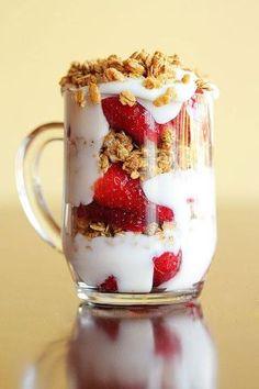 Iogurte, morangos e granola