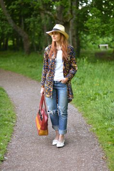 Spring style: Oversized patterned shirt, distressed jeans, straw Panama hat
