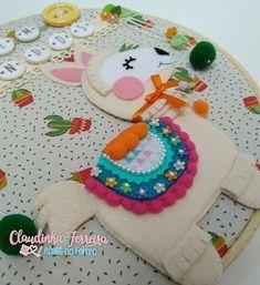 "Enfeite de porta ""bem vindos"" com essa lhama fofa e cheia de detalhes ❤️🌵❤️ . . . #artesanatoemfeltro #artesanato #lhama #lhamafeltro… Felt Crafts, Fabric Crafts, Diy And Crafts, Crafts For Kids, Llama Birthday, Girl Birthday, Doll Shoe Patterns, Felt Board Stories, Llama Alpaca"