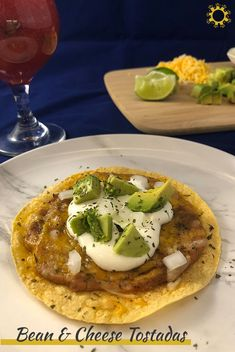 Tostadas are similar to bean burritos, but cooked open-face under a broiler rather than rolled up. Try bean and cheese tostadas for a delicious, easy meal! Easy Dinner Recipes, New Recipes, Real Food Recipes, Easy Meals, Meatless Recipes, Yummy Food, Favorite Recipes, Delicious Recipes, Refried Beans