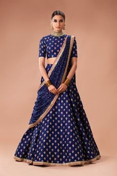 How to wear Lehenga Dupatta in Different Styles? Here are various lehenga dupatta draping styles that are perfect for various occasions and events. Indian Lehenga, Lehenga Dupatta, Lehnga Dress, Indian Gowns, Indian Attire, Indian Wear, Sharara, Sabyasachi Lehenga Bridal, Indian Wedding Lehenga
