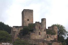 Belcastel (Aveyron, France) Premier ragard sir le château fort.