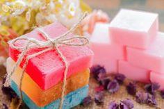 Sapone fatto in casa   Le idee da provare per fare in casa sapone e saponette da tenere o regalare. Come fare in casa un sapone naturale, decorativo o originale