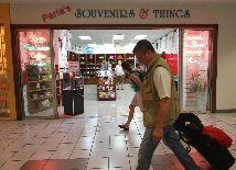 """@ElNuevoDia: """"Una veintena de concesionarios en el aeropuerto internacional Luis Muñoz Marín (LMM) tenía ayer puestas sus esperanzas en el gobernador Alejandro García Padilla para que este le exigiera a Aerostar Airport Holdings que asegure la permanencia de sus negocios y los empleos que generan o, de lo contrario, rechazara la transacción."""""""