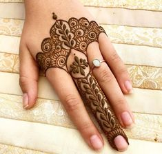 Simple and beautiful mehndi designs: take a look at these easy mehendi patterns which you can master with just a little practice. Try them to impress everyone! Henna Hand Designs, Eid Mehndi Designs, Modern Henna Designs, Mehndi Designs Finger, Mehndi Designs For Beginners, Mehndi Designs For Fingers, Mehndi Design Photos, Wedding Mehndi Designs, Beautiful Mehndi Design