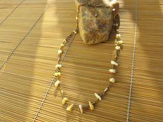 colar envelhecido,feito com arrozinho de latão e cascalhos de pedra amarelo.