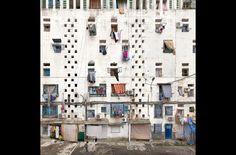 L'exposition consacrée à Stéphane Couturier à la MEP s'articule en trois chapitres, présentant son travail depuis la fin des années 1990 jusqu'à ses développements les plus récents. Privilégiant un parcours chronologique, cette rétrospective s'attache à préciser les grandes étapes de la réflexion, autant technique que conceptuelle, de Stéphane Couturier autour du medium photographique. Depuis ses débuts en argentique il s'est intéressé à la notion d'archéologie urbaine, fil conducteur de sa…