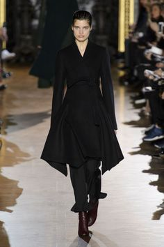 Stella McCartney Fall 2015 Ready-to-Wear Collection Fashion Line, All Fashion, Runway Fashion, Fashion Show, Paris Fashion, Stella Mccartney, Black Dress Outfits, Dressing, Vintage Couture