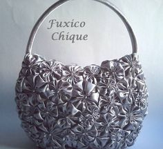 Bolsa completamente coberta de fuxicos feitos à mão de cetim prata com uma pérola bordada em cada fuxico.