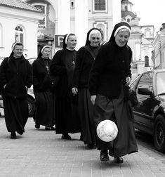 Monjas jugando fútbol