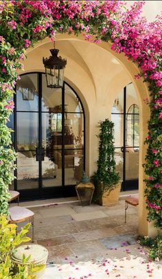 Luxurious Tuscan Style Malibu Villa by Paul Brant Williger Architect Arched entryway covered in greenery epitomizes the Mediterranean style entry – Decoist Style At Home, Style Hacienda, Mexican Hacienda, Casa Patio, Patio Wall, Spanish Style Homes, Spanish Style Interiors, Spanish Colonial, Spanish Style Decor