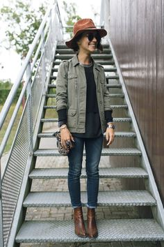 army jacket, no hat, ankle boots, dark jeans Mode Outfits, Winter Outfits, Casual Outfits, Look Jean, Looks Style, Mode Style, Look Fashion, Autumn Winter Fashion, Street Style